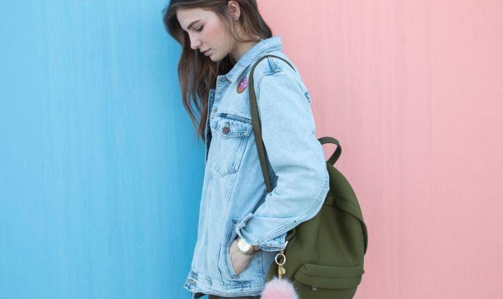 「防災セット(1人用)一人暮らし・単身者向けのおすすめランキング」に使用する女性がバッグを持っている画像