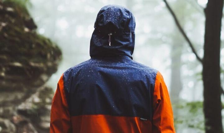 大雨・豪雨・浸水などの水害に対するおすすめの防災グッズの1つであるレインコート