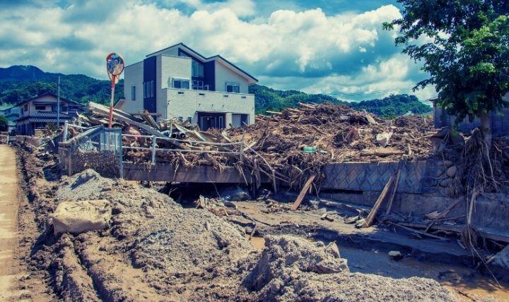 2000年以降の豪雨被害で氾濫し土砂で埋もれる川