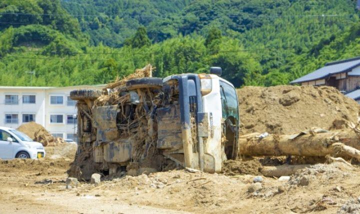 2000年以降の豪雨被害で横転する車