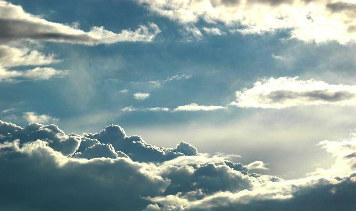 大雨・豪雨が止み、防災グッズや水害対策が必要なくなる様な雲から覗く晴れ間