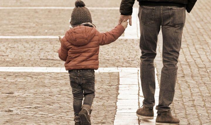 パパと歩く幼児の画像【幼児に必要な防災グッズ】