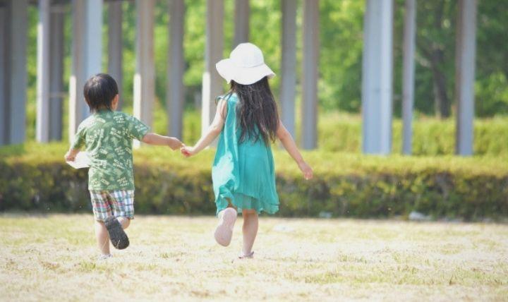 2人の幼児が走る画像【幼児に必要な防災グッズのまとめ】