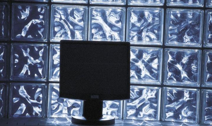 停電によりパソコンが落ちるのを防ぐためにUPS(無停電電源装置)が必要と示す画像
