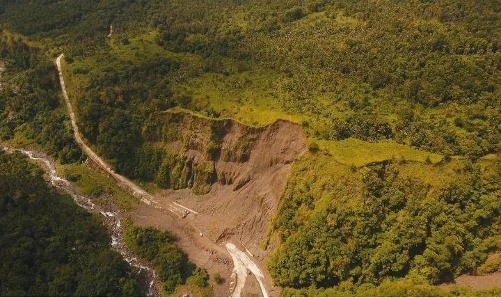 土砂災害が発生している画像。3つの種類の違いと身を守るための3つのポイントを理解してこのような被害から逃れよう