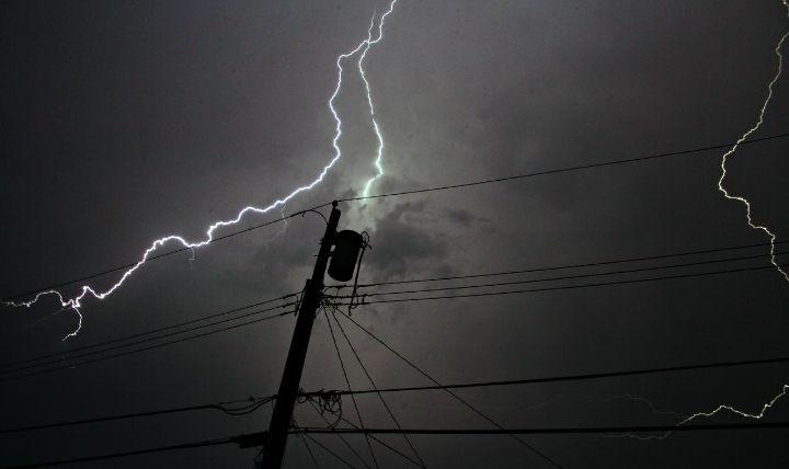 雷ガード付き電源タップの目的である雷サージの画像